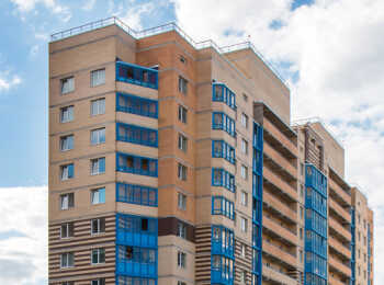 Ярко-голубая цветовая гамма балконов